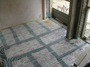 Close-spacing underfloor heating for a heat pump